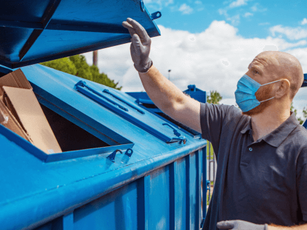 photo-man-recycling-face-mask